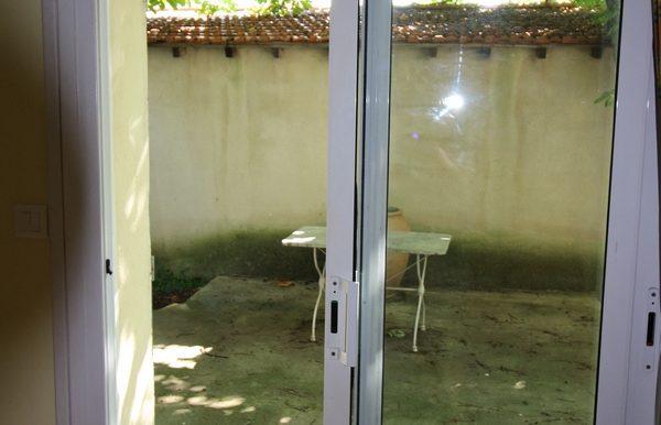 Studio meublé Nîmes séjour sur terrasse